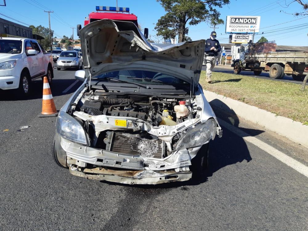 Acidente envolve carro, bitrem e trator na BR-373, deixa um ferido em Ponta Grossa