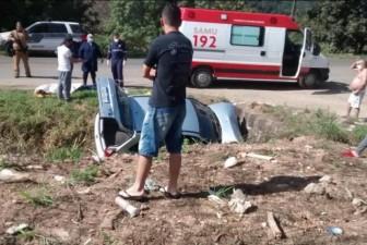 Carro saiu da pista e caiu em uma valeta à margem da PR-272 - Colaboração