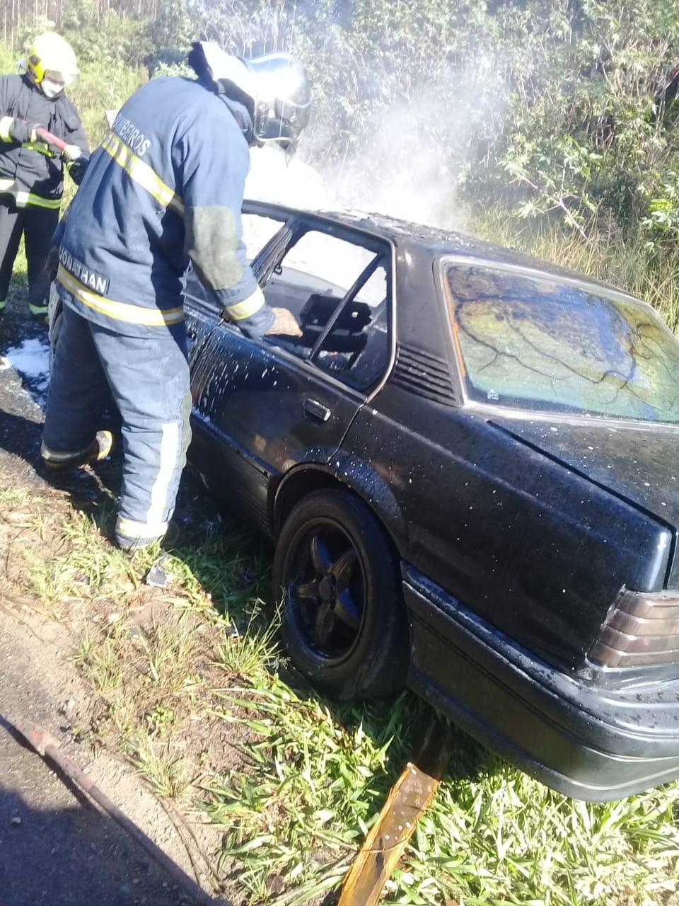 Carro de morador de Curiúva pega fogo na rodovia PR-160