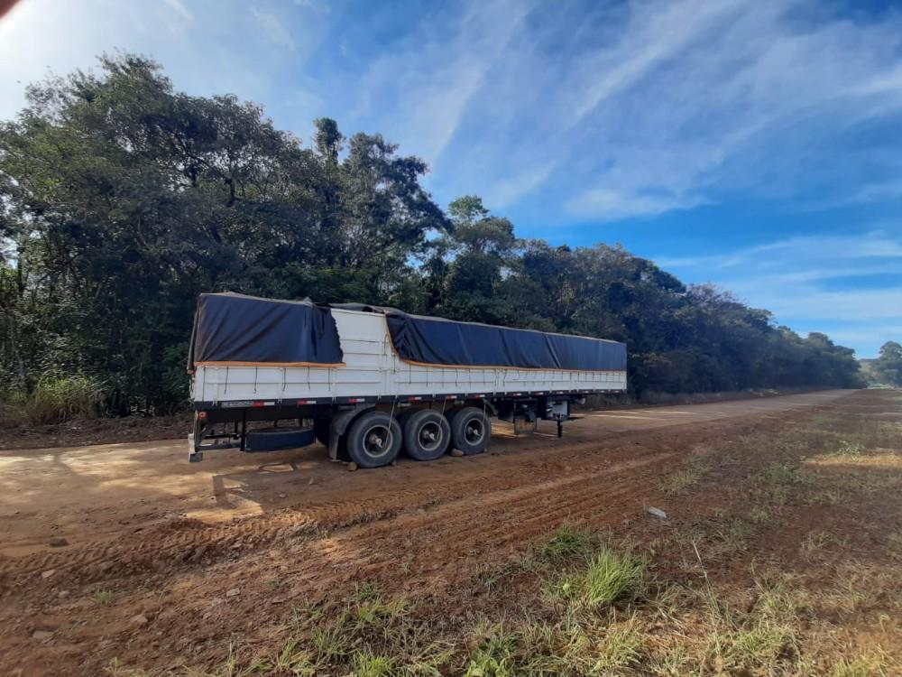 CURIÚVA: Polícia civil verifica carroceria de carreta abandonada na vila rural