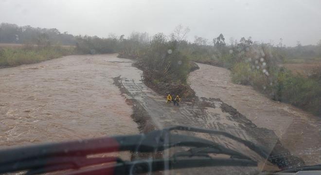 Forte temporal inundou regiões com a cheia do rio em Timbé do Sul Divulgação / Bombeiros de Santa Catarina