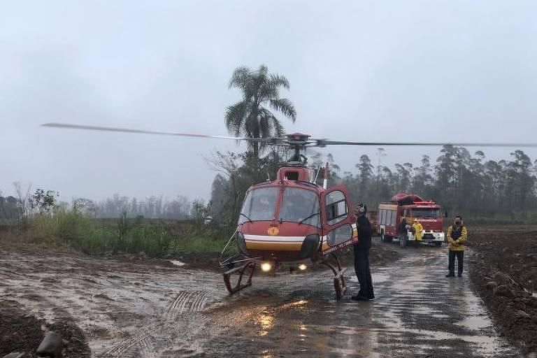 Homens são resgatados de helicóptero por bombeiros após ficarem ilhados em Timbé do Sul, em Santa Catarina, após chuvas causadas por novo ciclone na última terça (7) – Corpo de Bombeiros Militar de Santa Catarina/ Divulgação