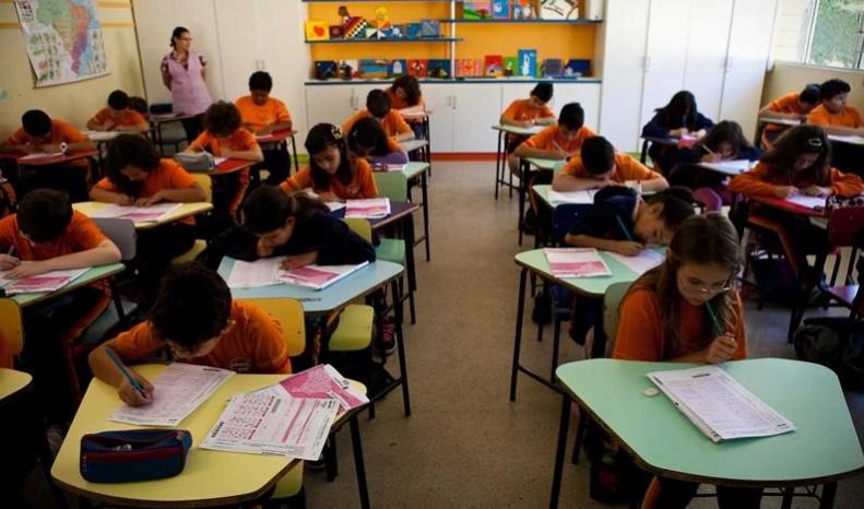 Na imagem, Alunos da Escola Municipal Leonor Castellano, no Boqueirão, fazem a avaliação. Foto: Brunno Covello/SMCS
