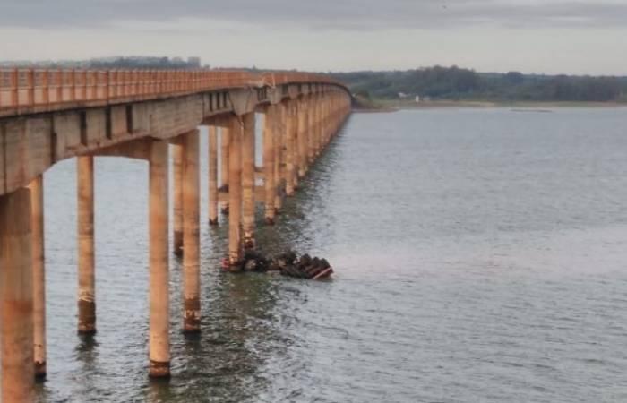 Caminhão caçamba cai de ponte que liga Fatura a Carlópolis na divisa dos estados de SP e PR - Foto: Reprodução